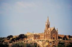 La chiesa magnifica sta sopra le costruzioni circostanti immagini stock