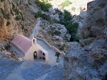 La chiesa minuscola nel passaggio delle montagne di Creta in Grecia Immagini Stock