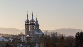 La chiesa nel villaggio nell'ambito del tramonto Fotografia Stock