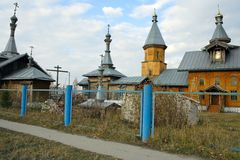 La chiesa nel villaggio siberiano Immagine Stock Libera da Diritti