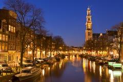 La chiesa occidentale e un canale a Amsterdam alla notte Immagine Stock Libera da Diritti