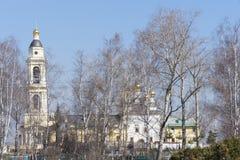 La chiesa ortodossa ristabilita nella periferia vicina Immagini Stock Libere da Diritti