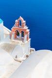La chiesa più famosa sull'isola di Santorini, Creta, Grecia. Campanile e cupole della chiesa greca ortodossa classica Fotografia Stock Libera da Diritti