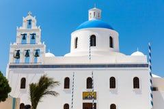La chiesa più famosa sull'isola di Santorini, Creta, Grecia. Campanile e cupole della chiesa greca ortodossa classica Immagine Stock Libera da Diritti