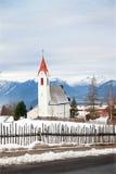 La chiesa rurale in villaggio alpino Immagine Stock Libera da Diritti