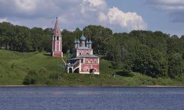 La chiesa sta sull'alta banca del fiume Immagine Stock Libera da Diritti