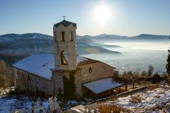 La chiesa sul paesaggio di inverno fotografia stock