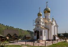 La chiesa sul territorio dell'azienda agricola maral concentrare salute-migliorante Kaimskoye dell'allevamento del centro ricreat Fotografia Stock