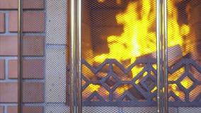 La chimenea ardiendo hizo de ladrillo rojo almacen de video