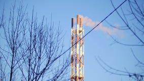 La chimenea de la industria contamina el aire con humo almacen de metraje de vídeo