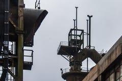 La chimenea del humo instala tubos el fabrik de la metalurgia en ARBED Luxemburgo fotografía de archivo