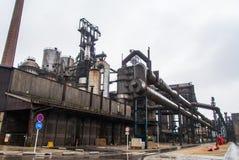 La chimenea del humo instala tubos el fabrik de la metalurgia en ARBED Luxemburgo fotos de archivo