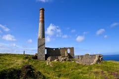 La chimenea permanece en la mina de estaño de Levant en Cornualles Imagen de archivo libre de regalías