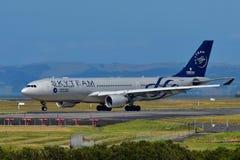 La Chine Airbus du sud A330 dans la livrée de Skyteam roulant au sol à l'aéroport international d'Auckland Images stock
