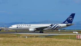 La Chine Airbus du sud A330 dans la livrée de Skyteam roulant au sol à l'aéroport international d'Auckland Photos libres de droits