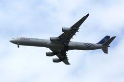 La Chine Airbus oriental A340 en ciel de New York avant le débarquement à l'aéroport de JFK Image stock
