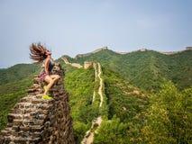 La Chine - femme s'asseyant sur la Grande Muraille photographie stock