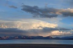 La Chine Great Lakes du Thibet Grands nuages au-dessus de lac Teri Tashi Namtso au coucher du soleil photo stock