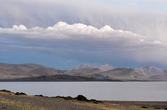 La Chine Great Lakes du Thibet Lac Teri Tashi Namtso dans la soirée d'été photographie stock