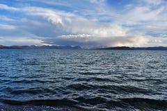 La Chine Great Lakes du Thibet Lac Teri Tashi Namtso dans la soirée d'été sous un ciel nuageux photo stock