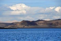 La Chine Great Lakes du Thibet Lac Teri Tashi Namtso dans la soirée d'été sous un ciel nuageux photographie stock libre de droits