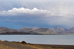 La Chine Great Lakes du Thibet Lac Teri Tashi Namtso dans la soirée d'été sous un ciel nuageux image libre de droits