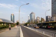 La Chine, Pékin Bâtiments modernes ayant beaucoup d'étages et avenue - 7 Image libre de droits