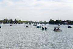 La Chine, Pékin Palais d'été La vue du lac kunming, dix-sept arquent le pont et les bateaux Images libres de droits