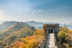 La Chine la vue éloignée de Grande Muraille a comprimé les tours et le seg de mur photo libre de droits