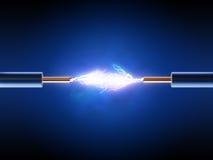 La chispa eléctrica entre dos aisló los alambres de cobre Imagen de archivo