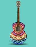La chitarra è decorata con il modello nello stile di una mandala Immagini Stock Libere da Diritti