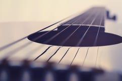 La chitarra acustica mette insieme il fondo fotografia stock