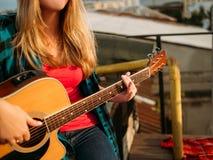 La chitarra del gioco di arte di musica esegue la vocazione di ispirazione immagini stock libere da diritti