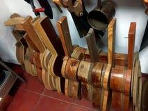 La chitarra modella i modelli ad un'officina di liutai della chitarra di flamenco Fotografia Stock