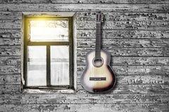 La chitarra sulla parete immagine stock