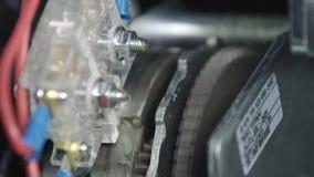 La chiusura del motore ingranaggio ricarica la molla in un interruttore automatico a vuoto, si fonde in un grande rack elettrico  video d archivio