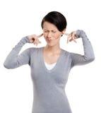 La chiusura delle orecchie con la donna delle barrette avvita in su i suoi occhi Fotografie Stock Libere da Diritti