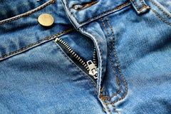 La chiusura lampo ansima i jeans fotografie stock