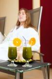 Santé - Chlorophylle-Secousse sur une table photos libres de droits