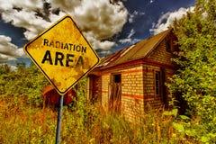 La choza abandonada y el amarillo se descoloraron señal de tráfico Imagenes de archivo