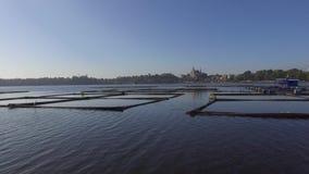 La choza de bambú y la estructura construidas para la acuicultura local proporcionan el sustento para la pequeña comunidad agríco metrajes