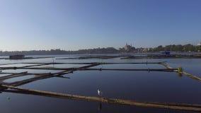 La choza de bambú y la estructura construidas para la acuicultura local proporcionan el sustento para la pequeña comunidad agríco almacen de metraje de vídeo
