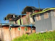 La choza de madera reflejó en las aguas del lago Inle Imágenes de archivo libres de regalías