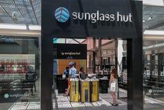 La choza de Sunglass es un minorista internacional de las gafas de sol fundadas en Miami, la Florida, Estados Unidos, en 1 fotografía de archivo