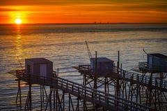La choza del pescador tradicional en la puesta del sol en el sur al oeste de Francia imagen de archivo