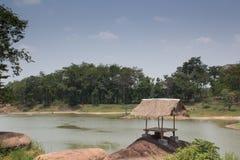 La choza en el bosque al lado de un lago Imágenes de archivo libres de regalías