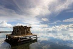 La choza en el lago Fotos de archivo libres de regalías