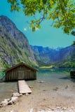 La choza por el lago Foto de archivo