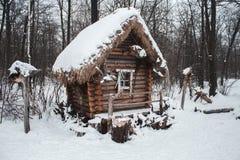 La choza se coloca en el bosque en nieve del invierno Imagen de archivo