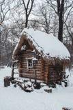 La choza se coloca en el bosque en nieve del invierno Fotografía de archivo